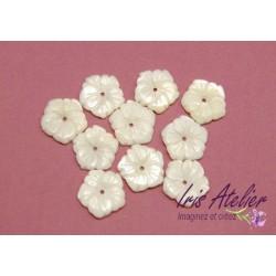 1 Fleur en nacre naturelle ciselée pour bijoux, bijoux mariage, scrapbooking, carterie