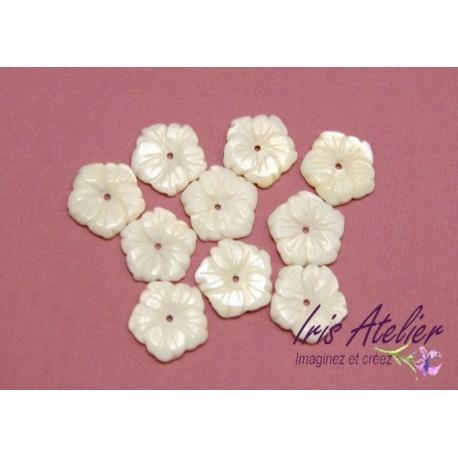 3 fleurs en nacre naturelle ciselée pour bijoux, bijoux mariage, scrapbooking, carterie
